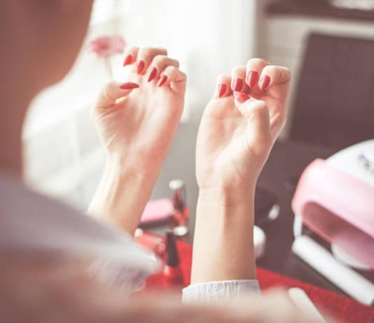 Lakier hybrydowy - jak pomalować paznokcie?